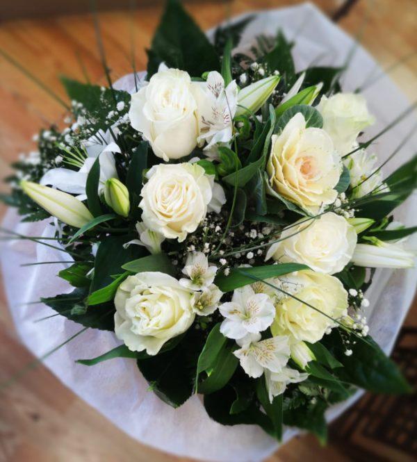 Ramo de rosas blancas y lilium oriental