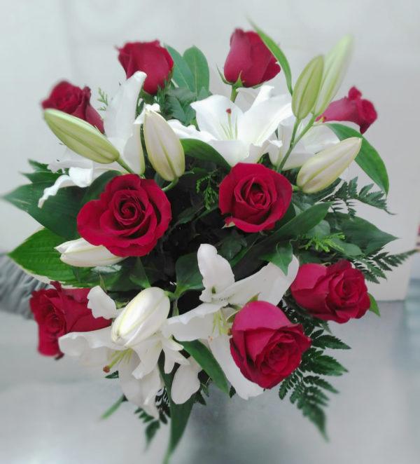Ramo de rosas rojas y lilium oriental